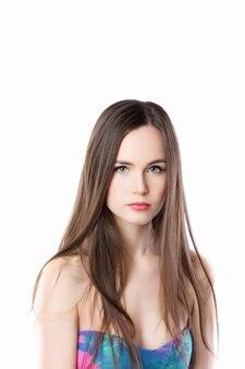 Piękna kobieta z długim prostym włosy odizolowywającym na białym tle.