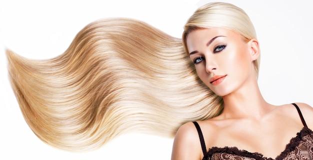 Piękna kobieta z długimi białymi włosami. zbliżenie portret modelka na białej przestrzeni