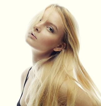 Piękna kobieta z długimi blond włosami. modelka pozowanie studio.