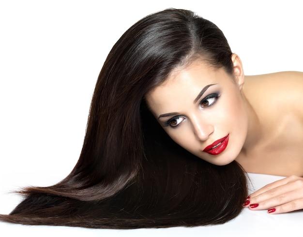 Piękna kobieta z długimi brązowymi prostymi włosami