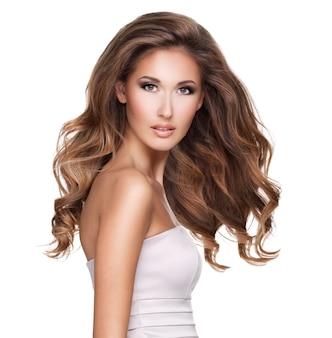 Piękna kobieta z długimi brązowymi włosami w ruchu i makijażu. na białym tle