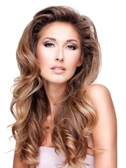 Piękna kobieta z długimi falującymi włosami, na białym tle