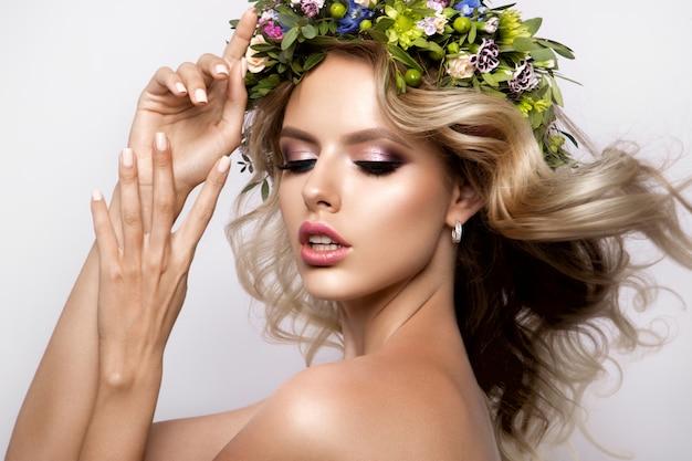 Piękna kobieta z długimi kręconymi włosami, idealny makijaż