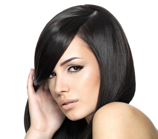 Piękna kobieta z długimi prostymi włosami. modelka pozowanie studio.