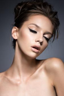 Piękna kobieta z długimi rzęsami i idealną skórą