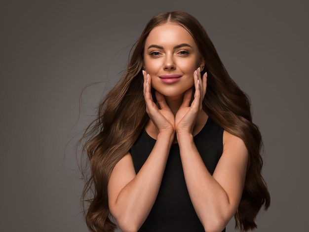 Piękna kobieta z długimi zdrowymi włosami uroda naturalny styl casual