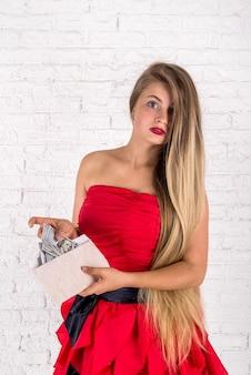Piękna kobieta z dolarowymi pieniędzmi. strzelać studeio