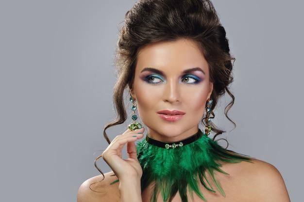 Piękna kobieta z drogimi kolczykami i stylowym naszyjnikiem