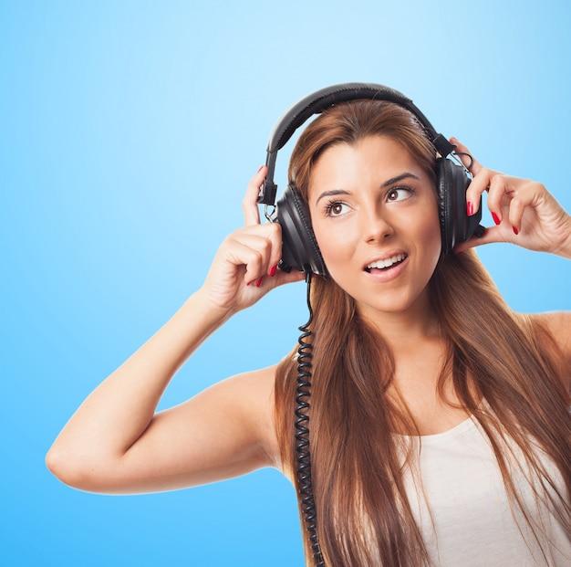 Piękna kobieta z dużymi słuchawkami.