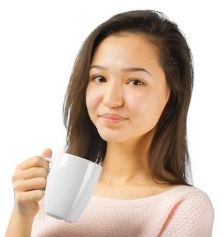 Piękna kobieta z filiżanką herbaty lub kawy