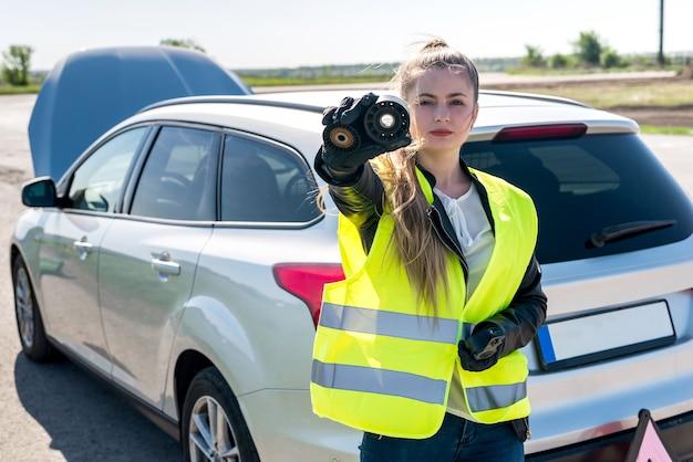 Piękna Kobieta Z Filtrów Samochodowych Na Poboczu Drogi Premium Zdjęcia