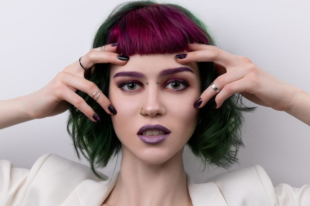 Piękna kobieta z fioletowy zielony profesjonalny kolor włosów