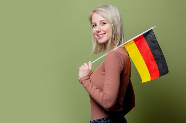 Piękna kobieta z flagą niemiec