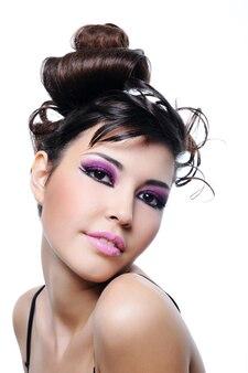 Piękna kobieta z fryzury moda i jasny fioletowy makijaż