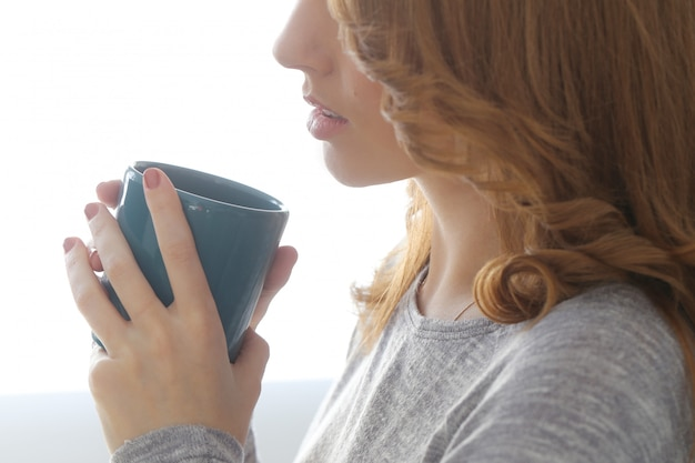 Piękna kobieta z herbacianą filiżanką