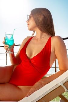 Piękna kobieta z idealne ciało opalając się na solarium