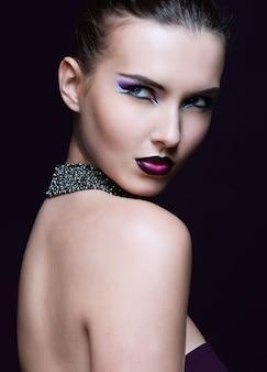 Piękna kobieta z idealny makijaż. piękny profesjonalny makijaż wakacyjny.