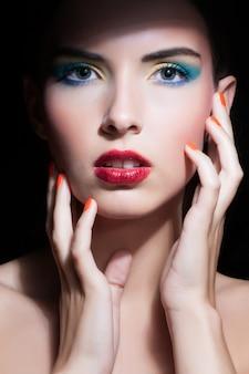Piękna kobieta z idealny makijaż