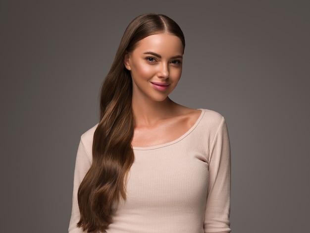 Piękna kobieta z kędzierzawym długim zdrowym. piękno włosów naturalny styl casual. czarne tło.