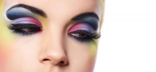 Piękna kobieta z kolorowym makijażem