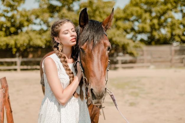 Piękna kobieta z koniem na rancho w wsi