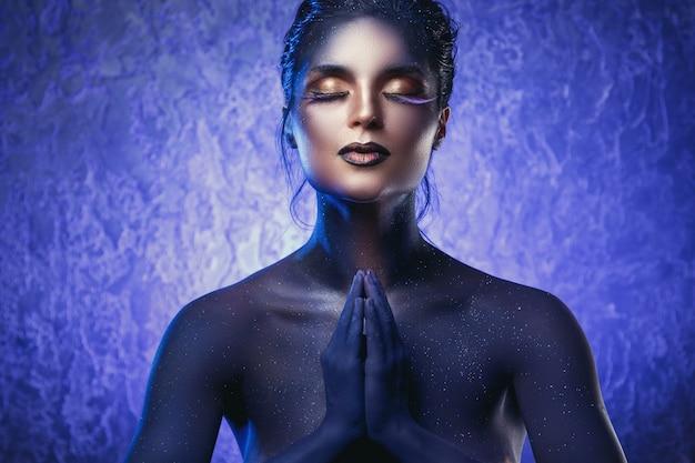 Piękna kobieta z kreatywnym makijażem i body-artem