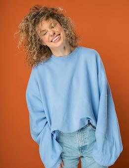 Piękna kobieta z kręconymi blond włosami, uśmiechając się