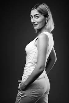 Piękna kobieta z krótkimi włosami w czerni i bieli