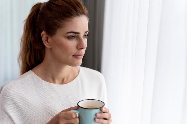 Piękna kobieta z kubkiem kawy