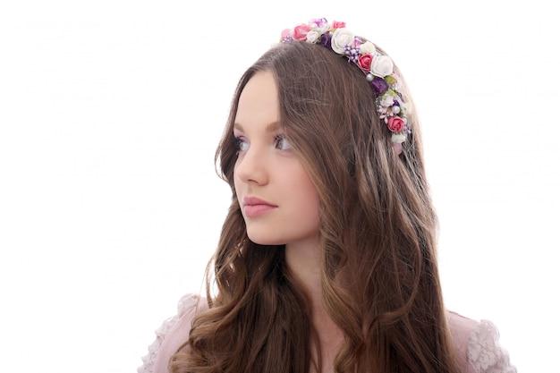 Piękna kobieta z kwiatami przy głową