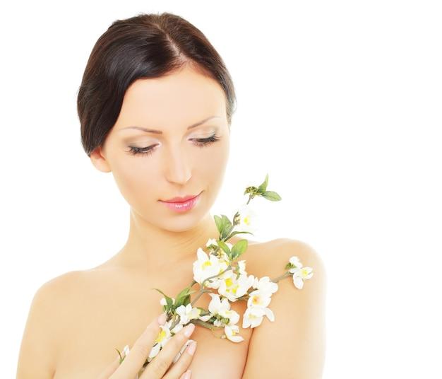 Piękna kobieta z kwiatem wiosny