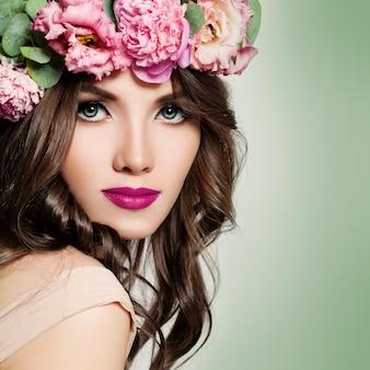 Piękna kobieta z kwiatów wianek.