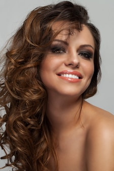 Piękna kobieta z loki i makijaż