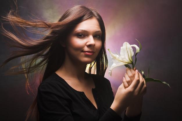 Piękna kobieta z madonną lilią