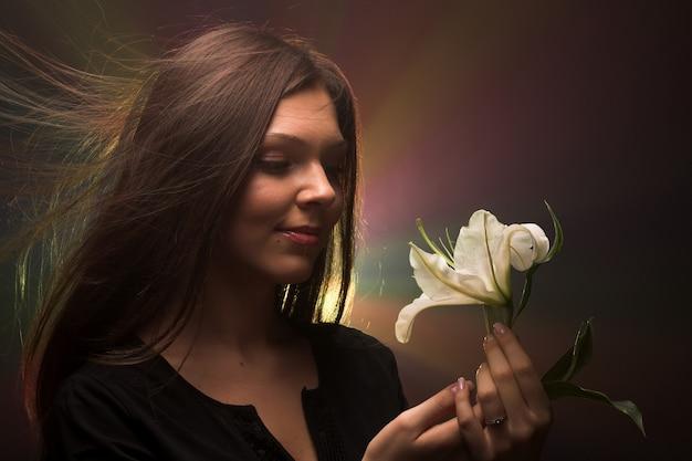 Piękna kobieta z madonna lily