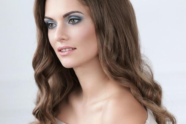 Piękna kobieta z makijażem