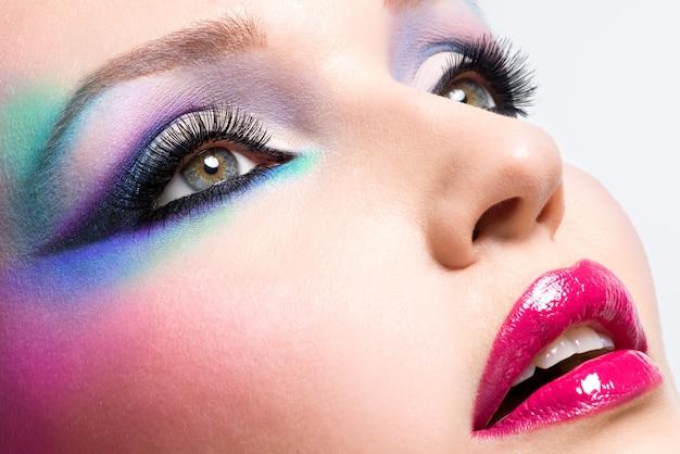 Piękna kobieta z moda jasny makijaż oczu i seksowne usta na czerwono