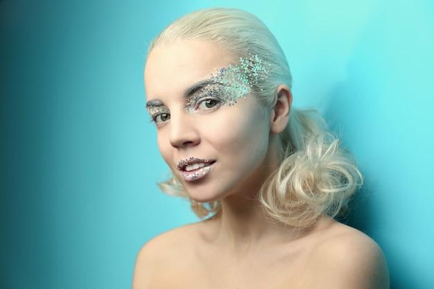 Piękna kobieta z modnym makijażem