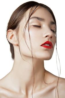 Piękna kobieta z mokrą, czystą skórą na białym