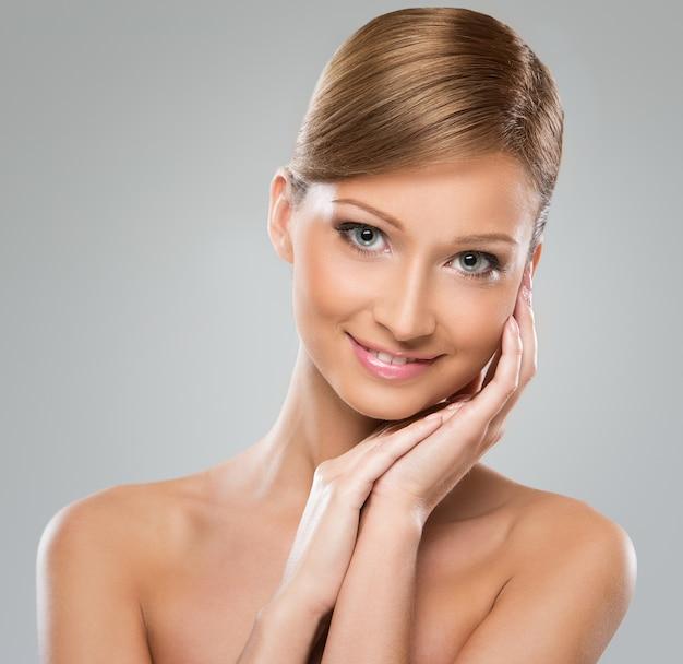 Piękna kobieta z nagim ramieniem