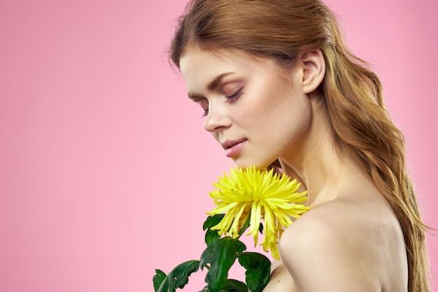 Piękna kobieta z nagimi ramionami i kolorem żółtym
