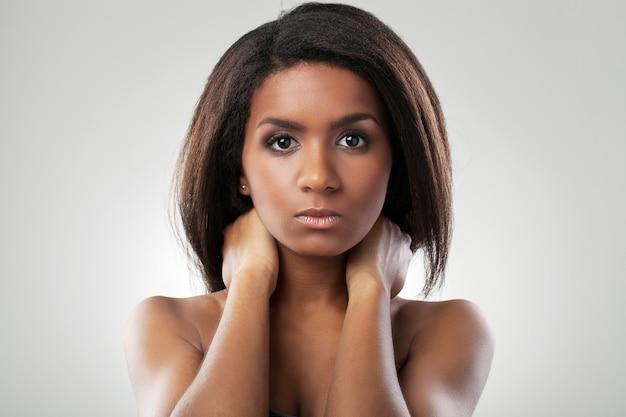 Piękna kobieta z nagimi ramionami