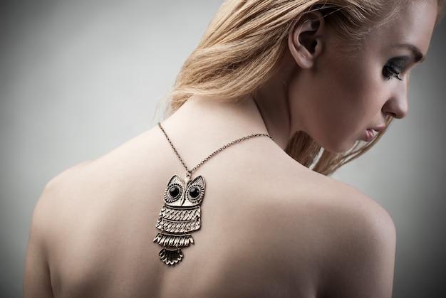 Piękna kobieta z naszyjnikiem. biżuteria i piękno. fotografia mody