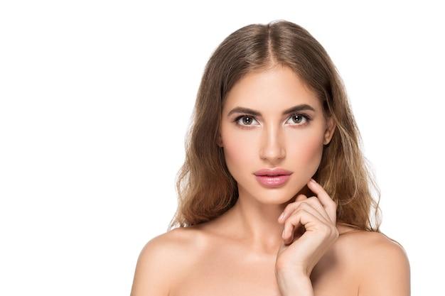 Piękna kobieta z naturalnym makijażem dorywczo codzienny kosmetyk dotyka jej twarzy. na białym tle.