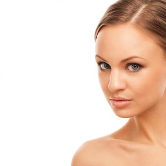 Piękna kobieta z naturalnym makijażem