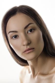 Piękna kobieta z natury wargami i włosami brunetki kobiecy piękno portret sam