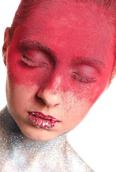 Piękna kobieta z niezwykłym makijażem na białym tle, zbliżenie