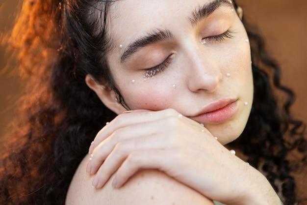 Piękna kobieta z perłami tworzą