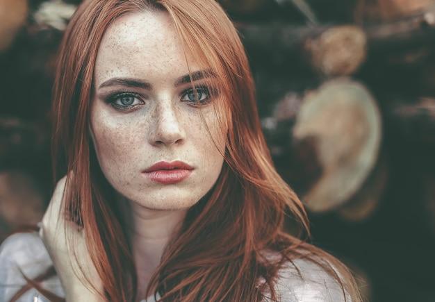 Piękna kobieta z piegami w naturze