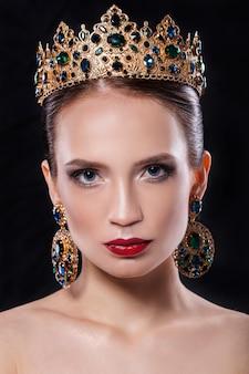 Piękna kobieta z pięknym kolorem makijażu.